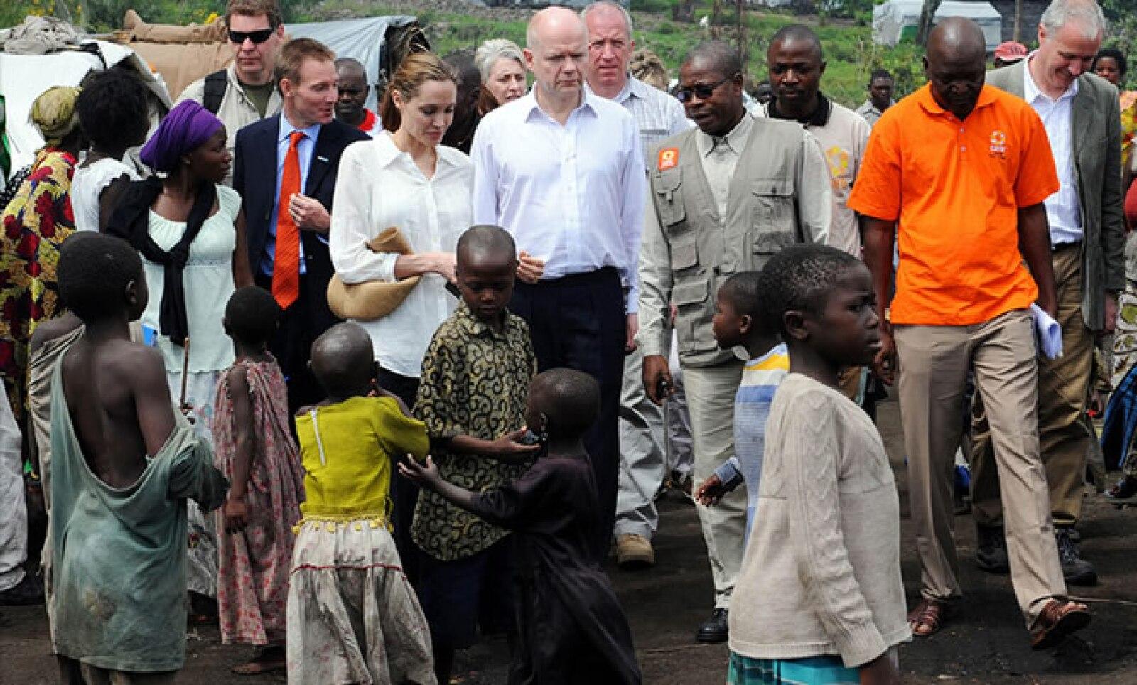Jolie viaja por el mundo promoviendo acciones humanitarias cuando no está en los sets de grabación. Aquí con niños en la República Democrática del Congo.