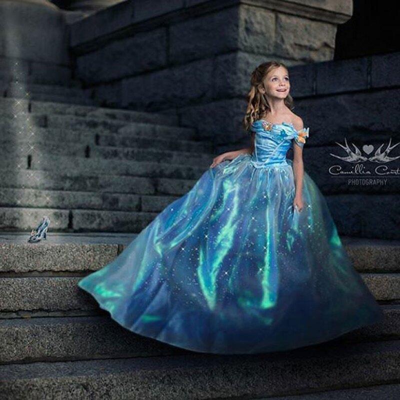 Cenicienta saliendo del castillo del príncipe.