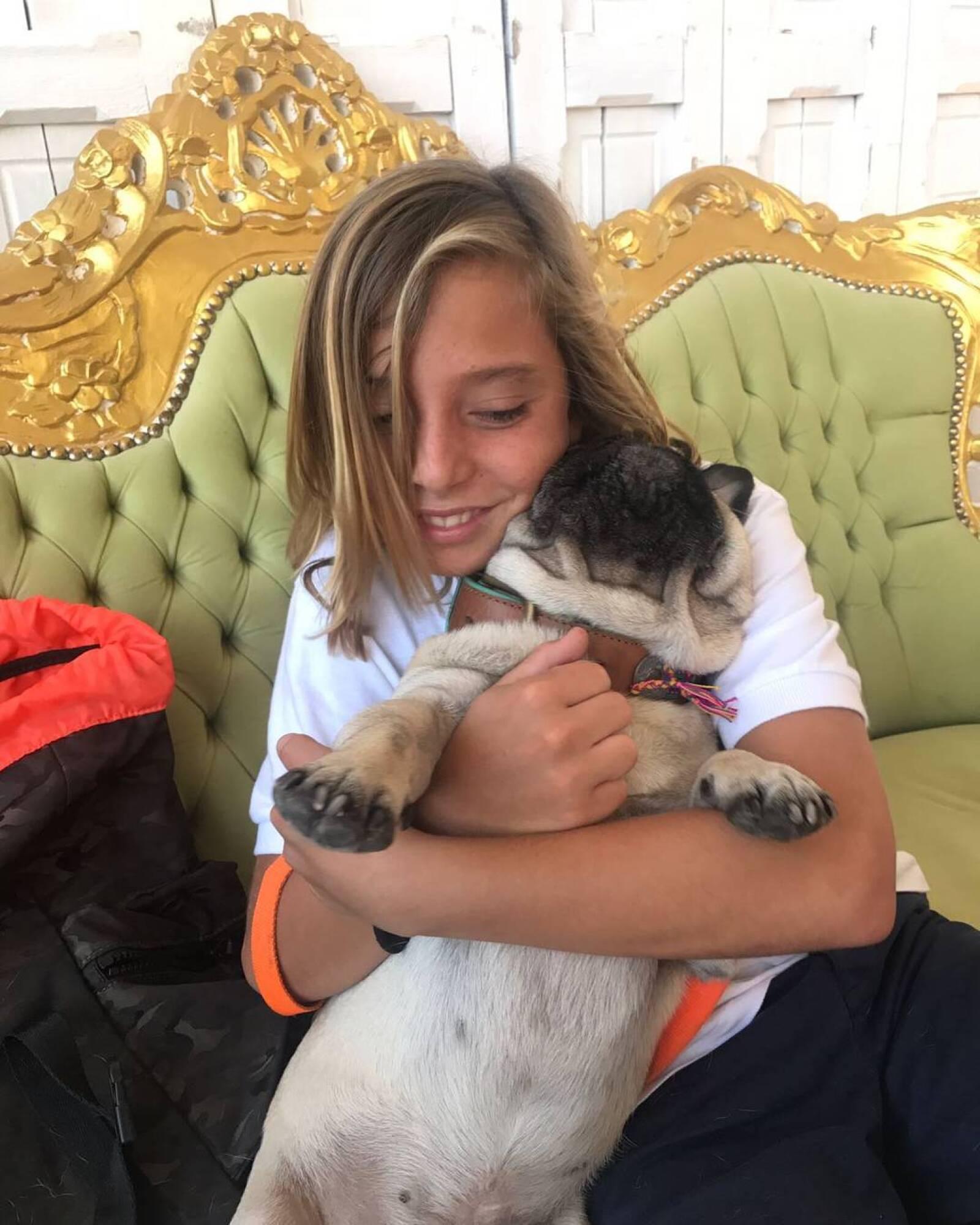 El joven actor no sólo tiene uno, sino dos perros