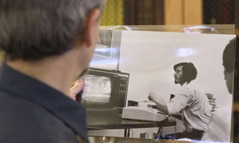 Esta es una vieja fotografía de Steve Jobs que alberga la biblioteca de Stanford. (Foto: AP)