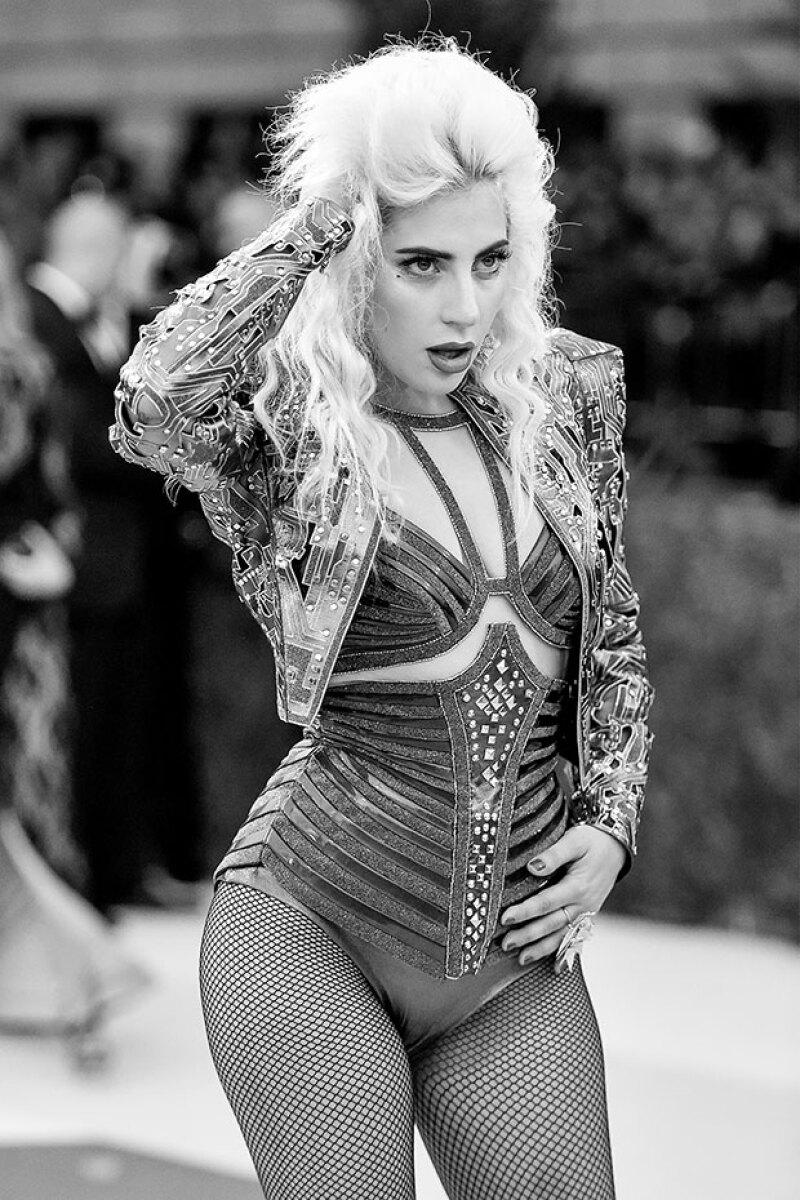 Para Lady Gaga sus curvas no son ningín complejo.