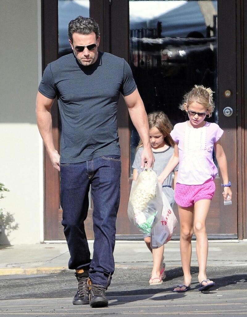 El actor fue captado paseando con sus hijas, combinando naturalmente su sorprendente nueva apariencia y actitud con sus hijas, ¿estará por desbancar la imagen del guapo futbolista?