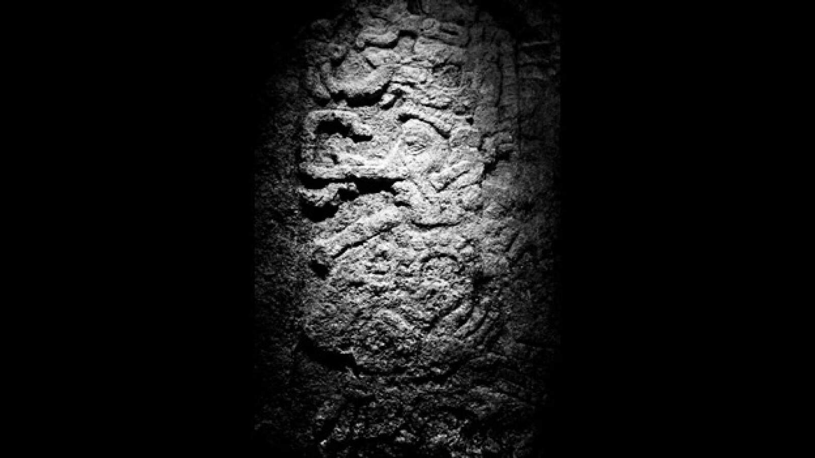 aspecto de una estela encontrada en chactun