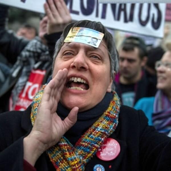 una mujer protesta en españa contra los desalojos