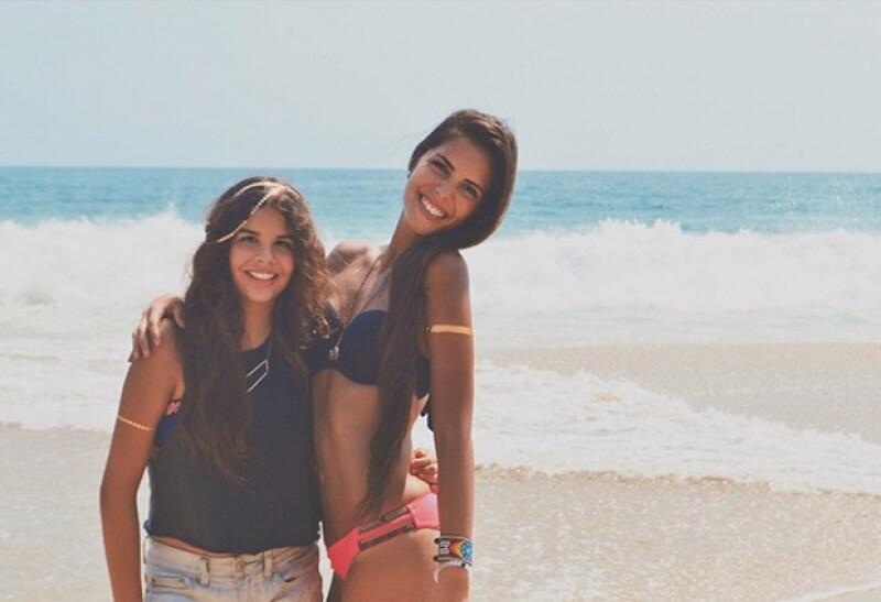 María con Paula, su media hermana, durante uno de sus viajes a Cancún.