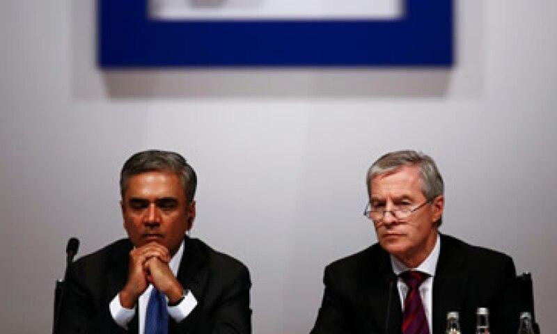 Las acciones de Deutsche Bank subían más de 7% tras la renuncia de Anshu Jain -izq-y Juergen Fitschen -der-. (Foto: Reuters )