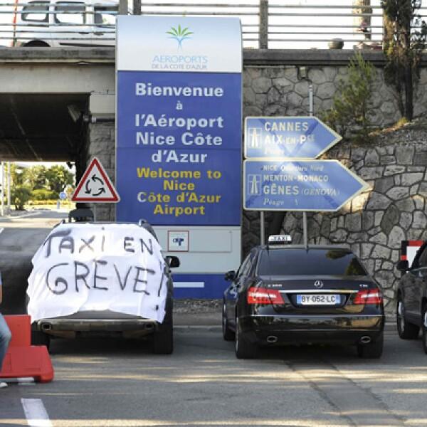 Taxistas protestaron en Francia contra Uber, en una jornada que culminó con violentos incidentes y la prohibición del Gobierno del servicio de bajo costo UberPop.