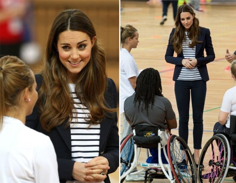 La Duquesa de Cambridge acudió a su primer evento sin la compañía de su esposo e hijo. En esta ocasión la recién mamá se presentó en el Olympic Park para jugar voleibol.