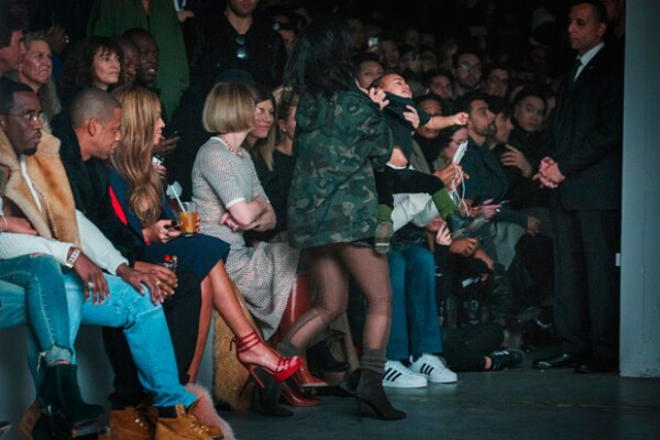 Tanto duró el berrinche de North, que Kim Kardashian tuvo que pararse en medio de la pasarela para sacarla.
