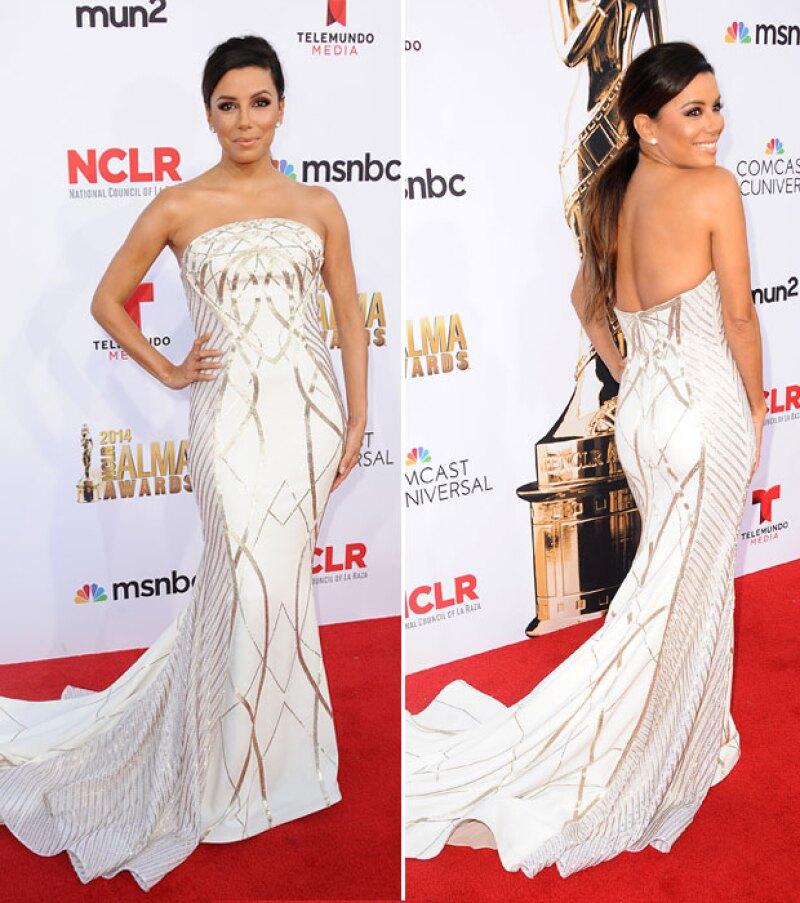 Blanco y plateado fueron los colores imperantes en este vestido.