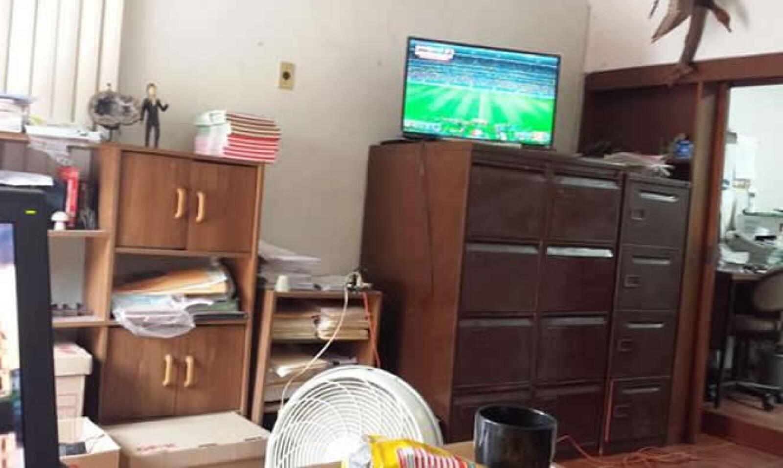 Los archiveros de @oskimedina fueron la base de la pantalla que usó en su oficina para sintonizar el partido.