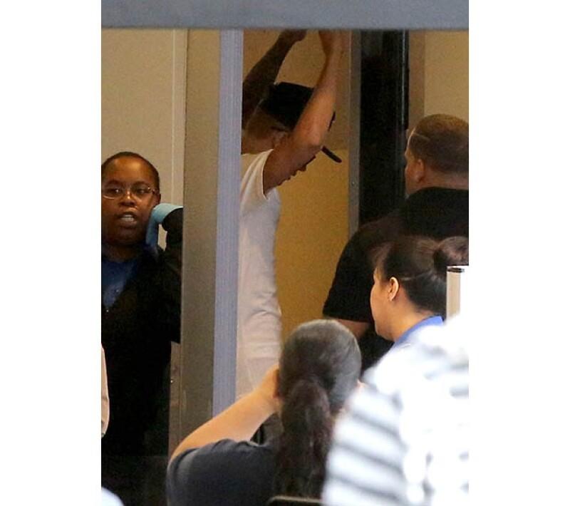La policía registró a Bieber de pies a cabeza, a lo que él simplemente levantó las manos para que hicieran su trabajo.