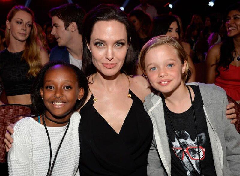 La galardonada actriz posa con sus hijas Zahara y Shiloh.