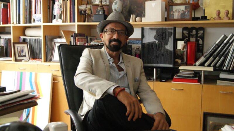 El curador Óscar Román.