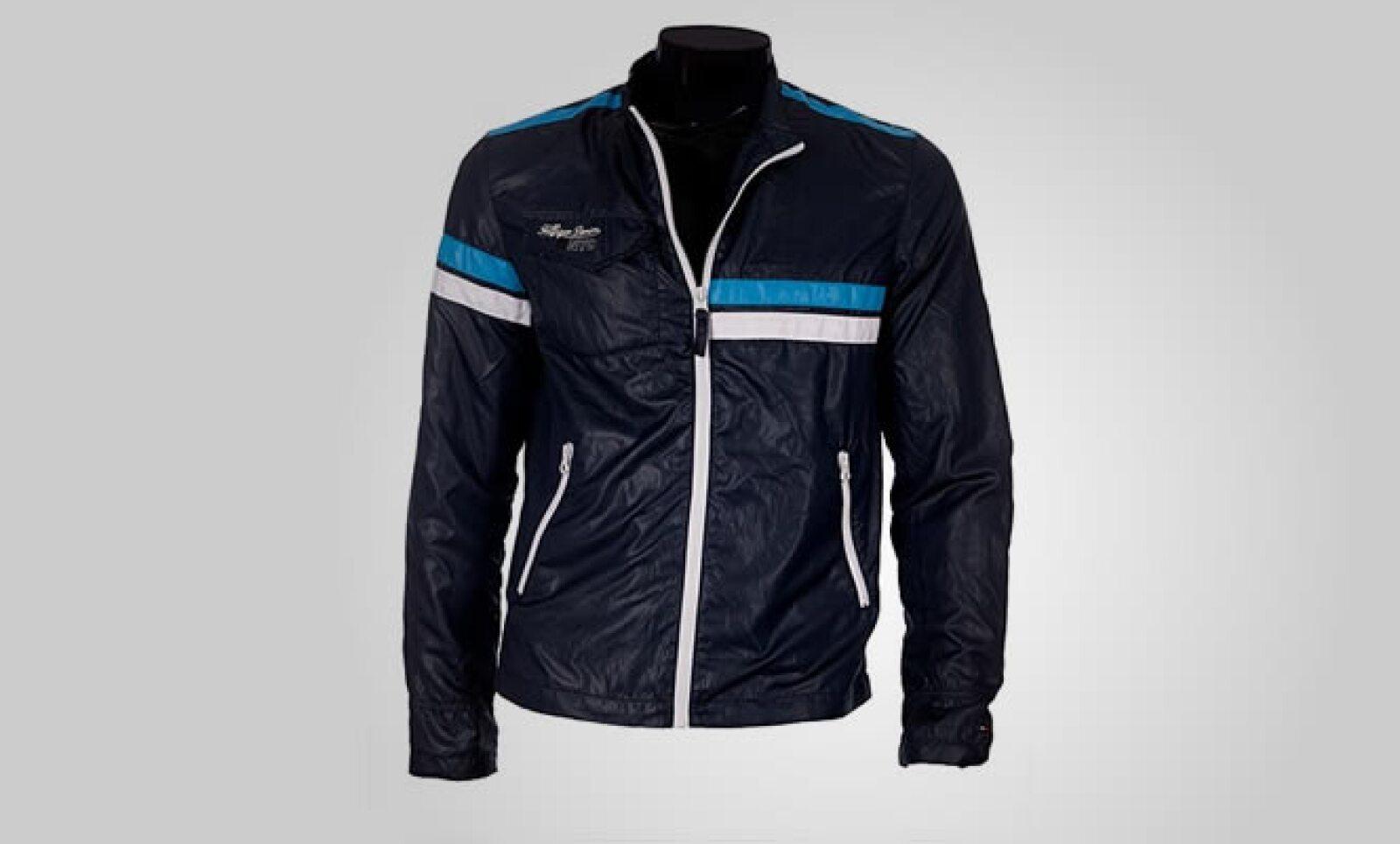 Un estilo más deportivo con esta chamarra de piel en color negro, con pinceladas de colores azules y blanco.