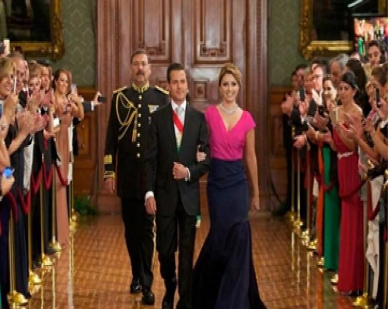 El vestido que lució la primera dama la noche del Grito tiene un costo en línea superior a los ochenta mil pesos.