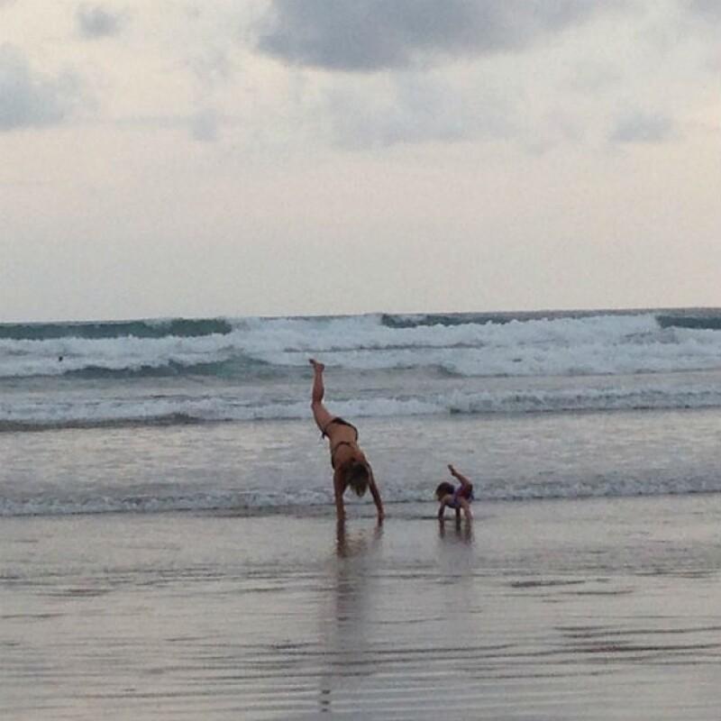 Elsa Pataky y su hija India comparten un momento de yoga en la playa.