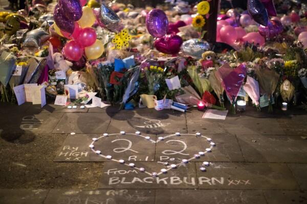 Tributo fue en la plaza Saint Ann tras atentado en Mánchester