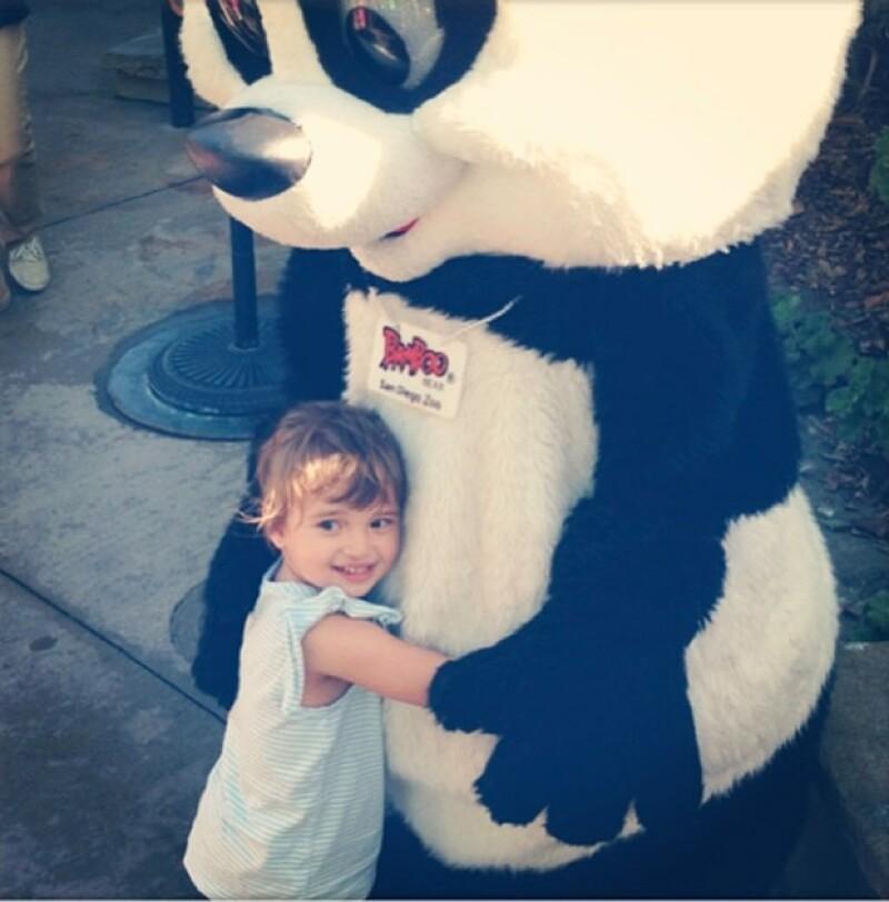 Rose con un abrazando a un oso panda.