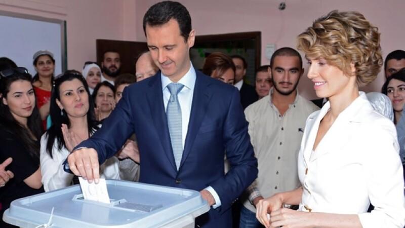 El presidente de Siria Bachar al Asad al momento de votar el martes; fue reelecto con casi el 90% del voto emitido