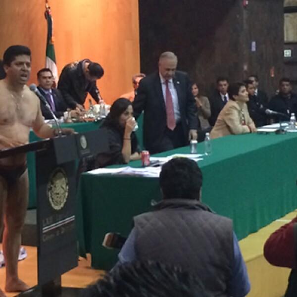 El diputado del PRD, Antonio García Conejo se desnudó durante su participación en el debate como protesta contra la reforma energética.