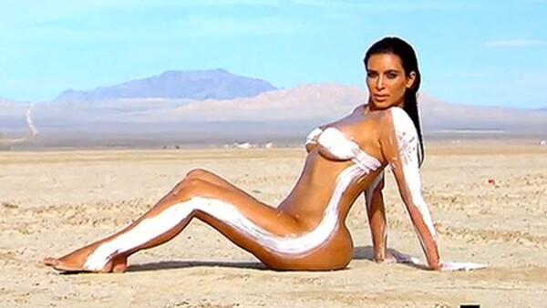 La socialité posó prácticamente desnuda para una sesión de fotos en el desierto, cubriendo sus partes íntimas con sólo unos brochazos de pintura blanca.