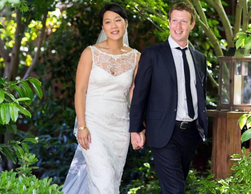 """El fundador y presidente de Facebook elevó el sábado su estatus a """"casado"""" con su novia Priscilla Chan; la ceremonia fue en casa del novio."""