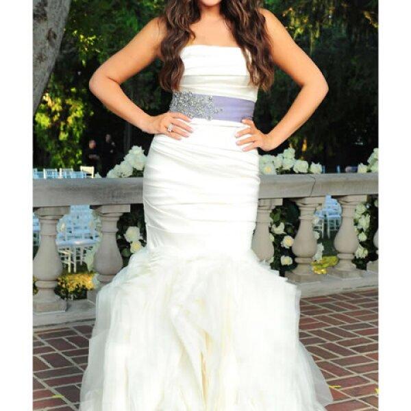 Al igual que su hermana, Khloe Kardashian también optó por un Vera Wang en corte sirena y un cinturón morado.