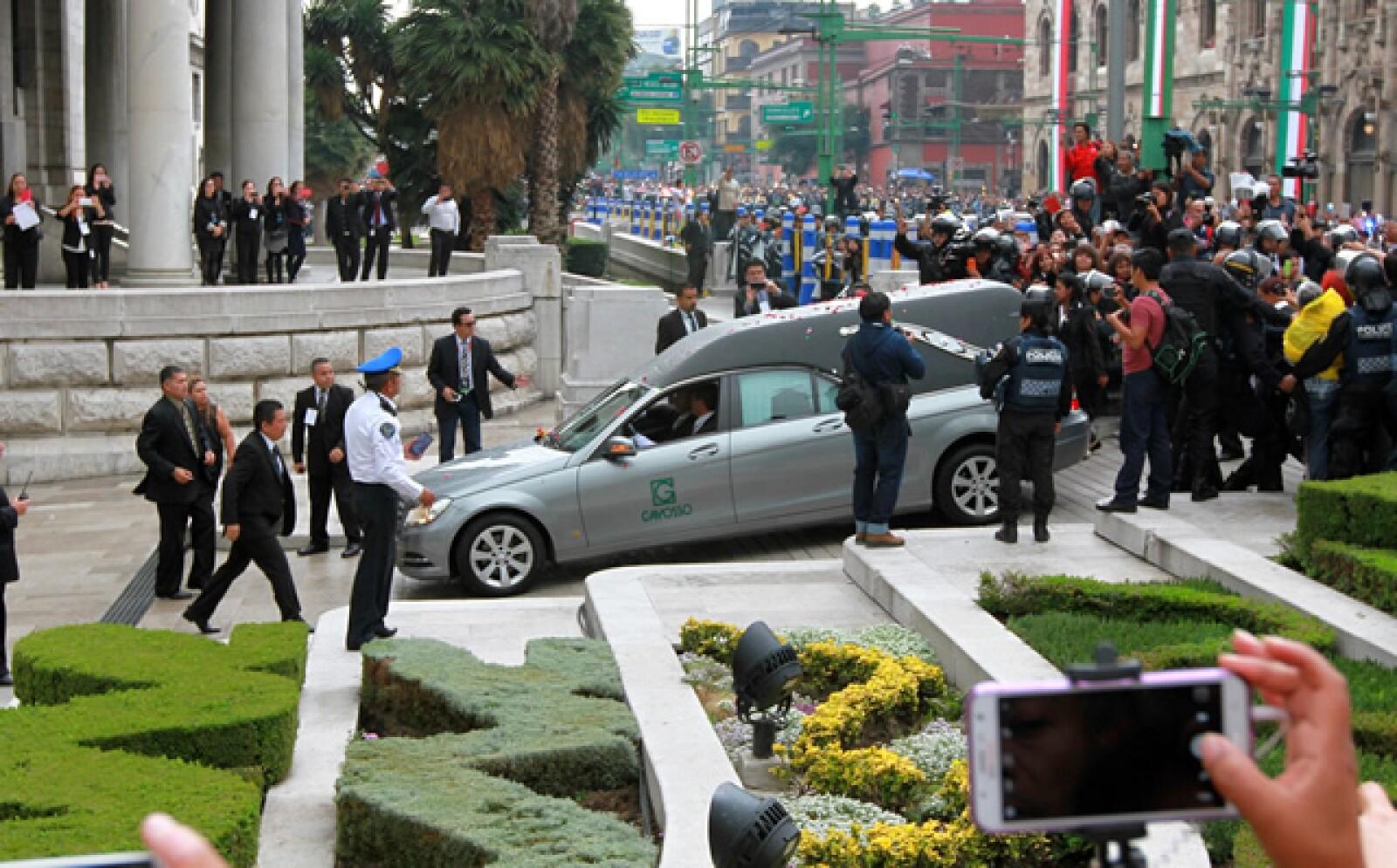 La carroza llegando con las cenizas de Juan Gabriel al Palacio de Bellas Artes.