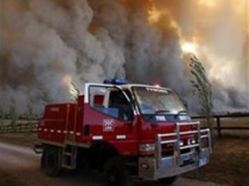 Los bomberos pelean para controlar los incendios. (Foto: Reuters)