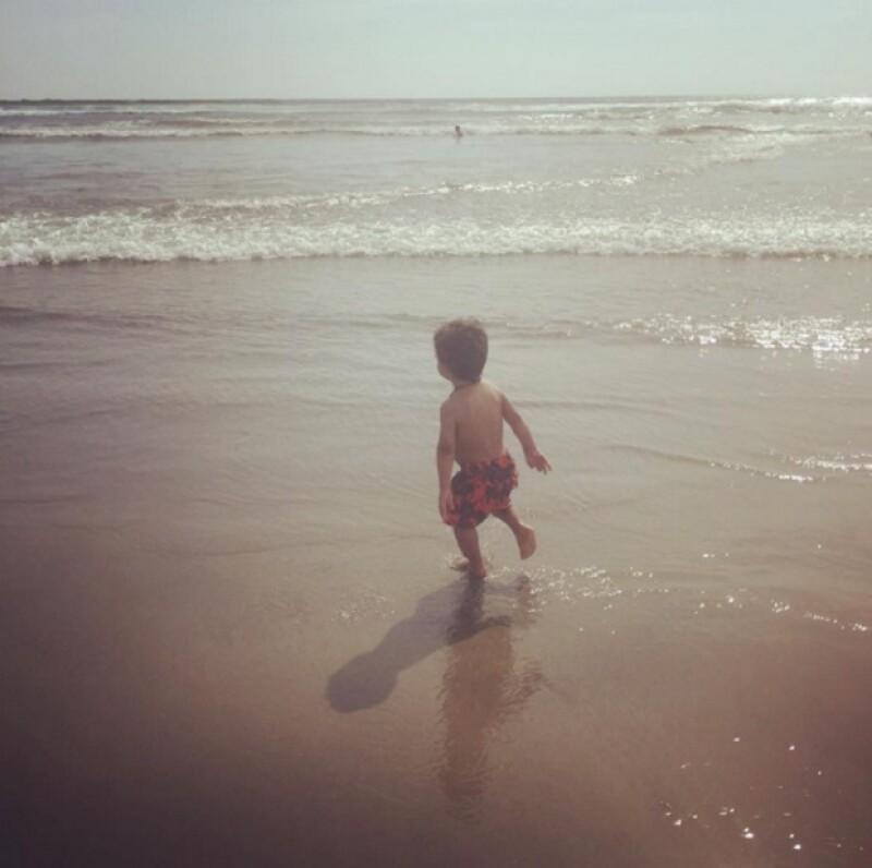 Erik y el mar durante las vacaciones de Lidia y Mariana.