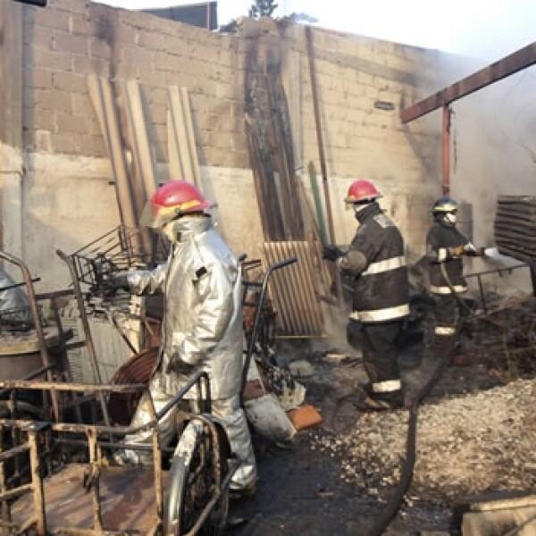 Bomberos intentan contener el incendio