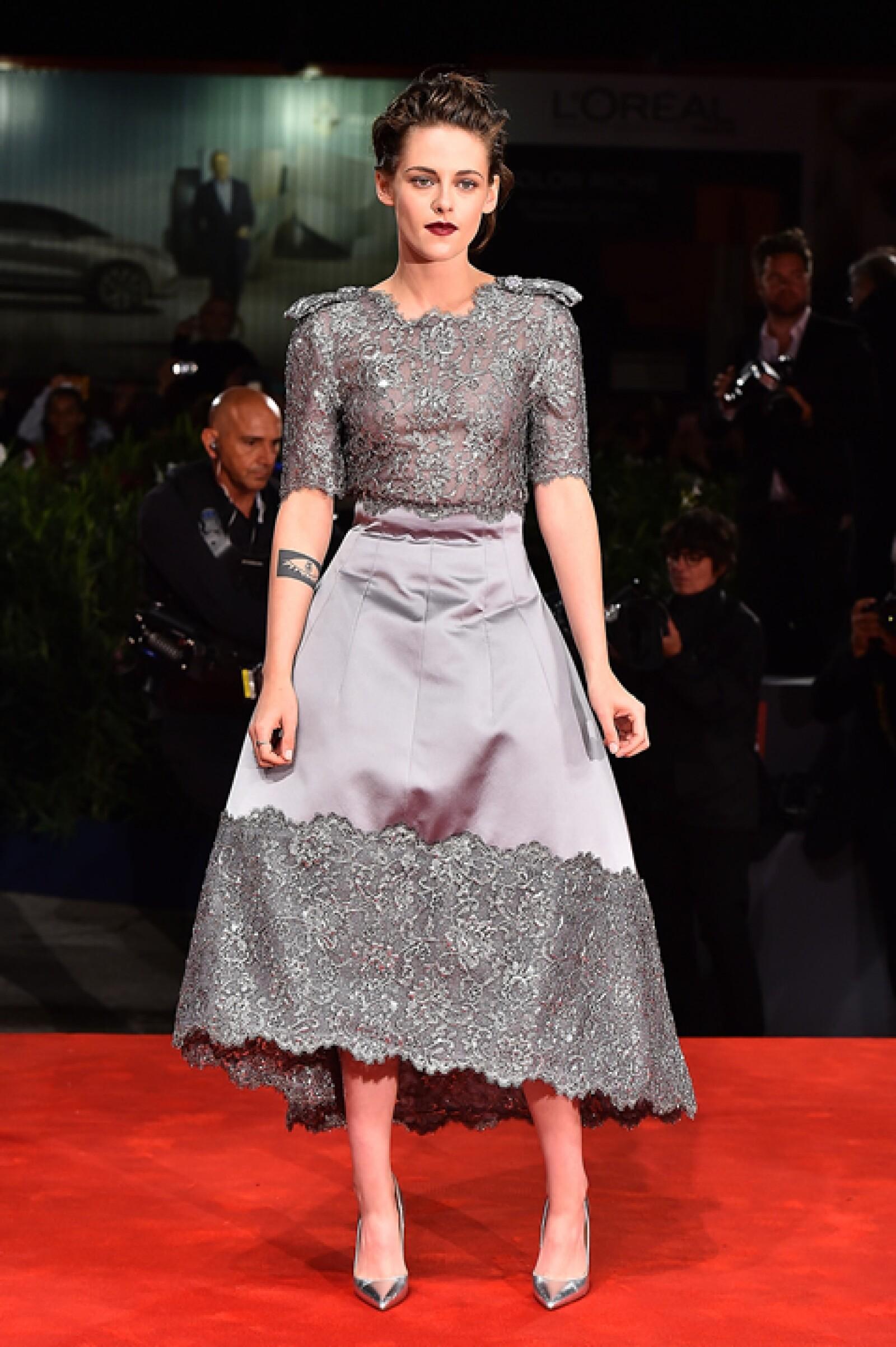 Kristen Stewart llevó un hermoso vestido de seda con encaje en color gris de Chanel de la temporada fall 2015 para premiere de `Equals´.