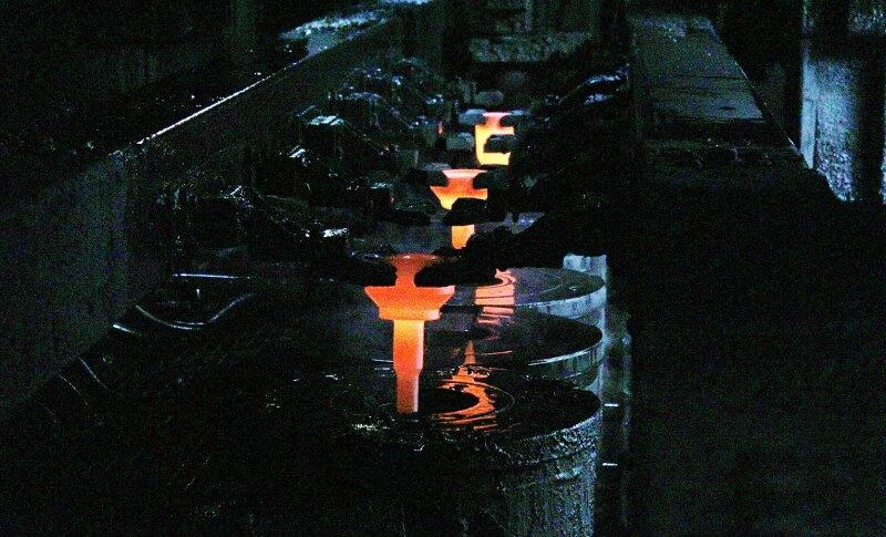 Forje: El acero se corta, calienta y prensa para formar componentes. Foto: Cortes�a GKN