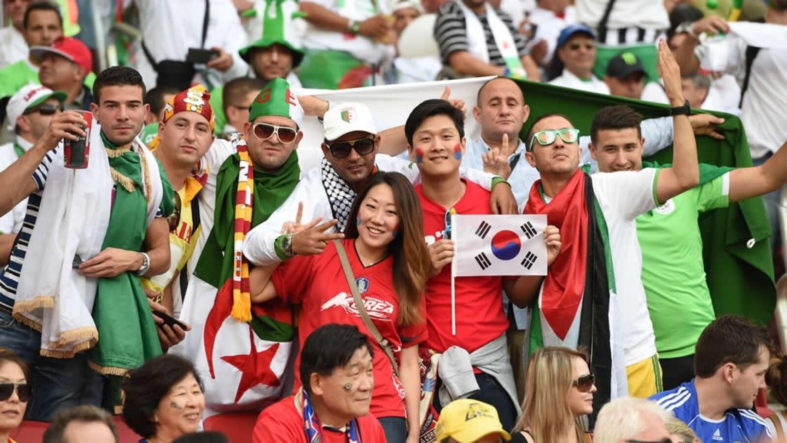 Los aficionados argelinos y sudcoreanos disfrutan del partido del Grupo H