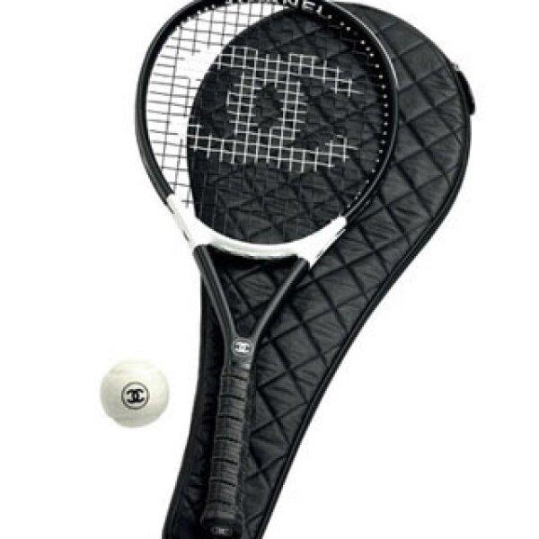 En 2007 el káiser lanzó al público una raqueta, con funda y pelota de la marca.