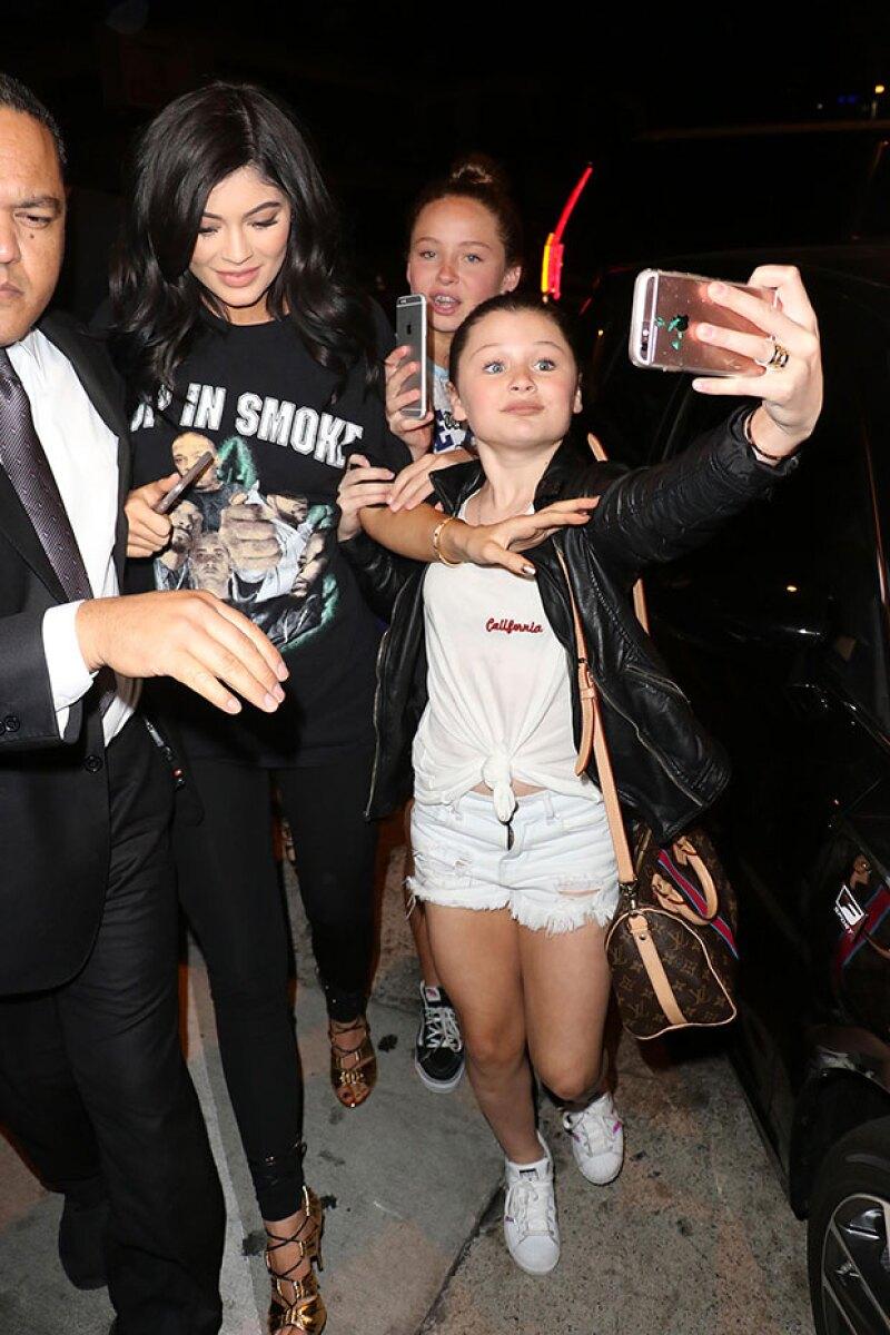 En un punto, Kylie ya no aguantó que la siguieran y pidió a sus fans que pararan.