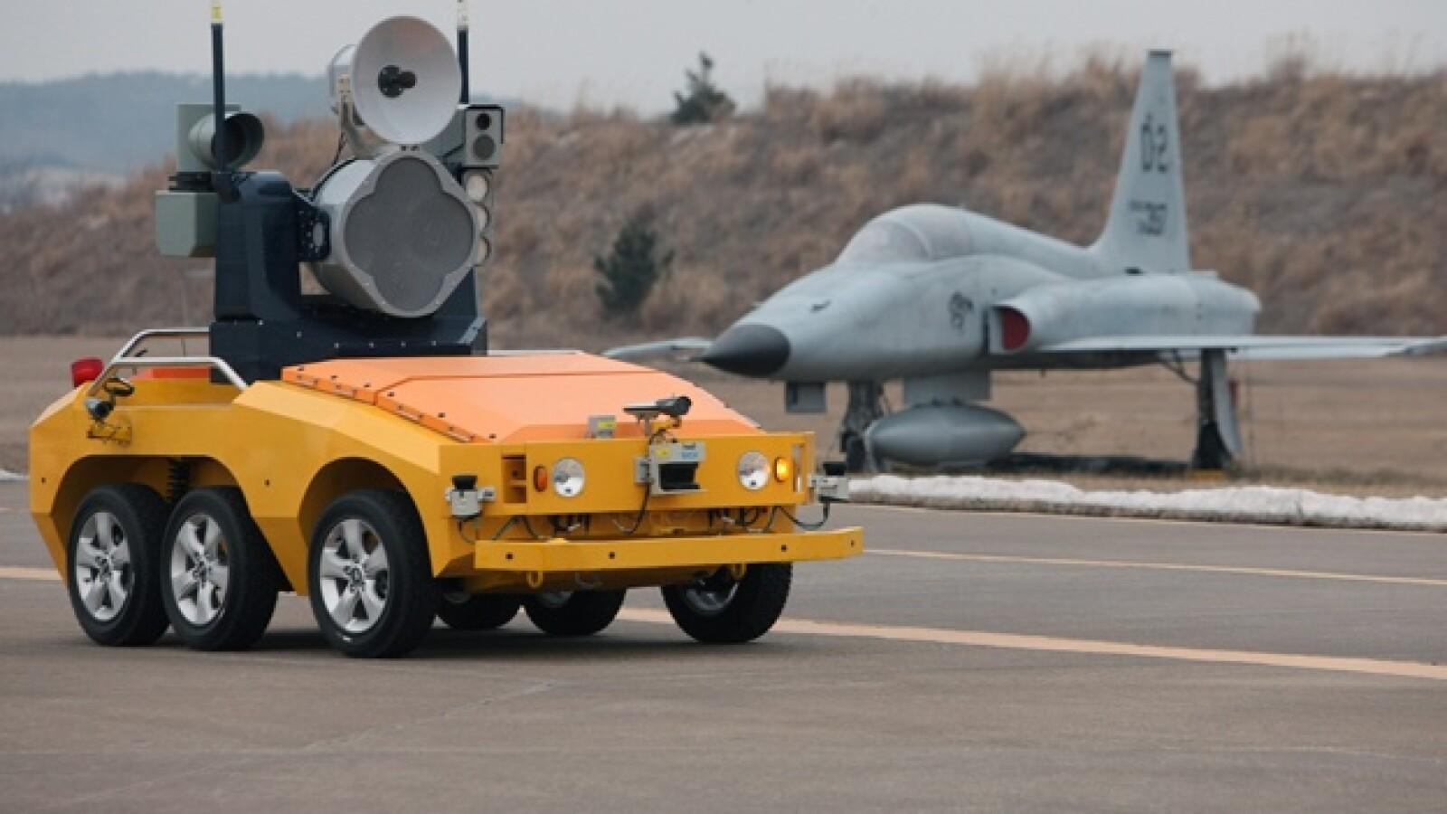 robot espantapajaros aeropuerto aviones