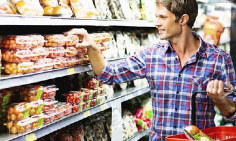 Las grandes cadenas de tiendas de autoservicio ofrecen pocos productos en envases pequeños o presentaciones individuales para consumo de los solteros.  (Foto: iStock by Getty Images)