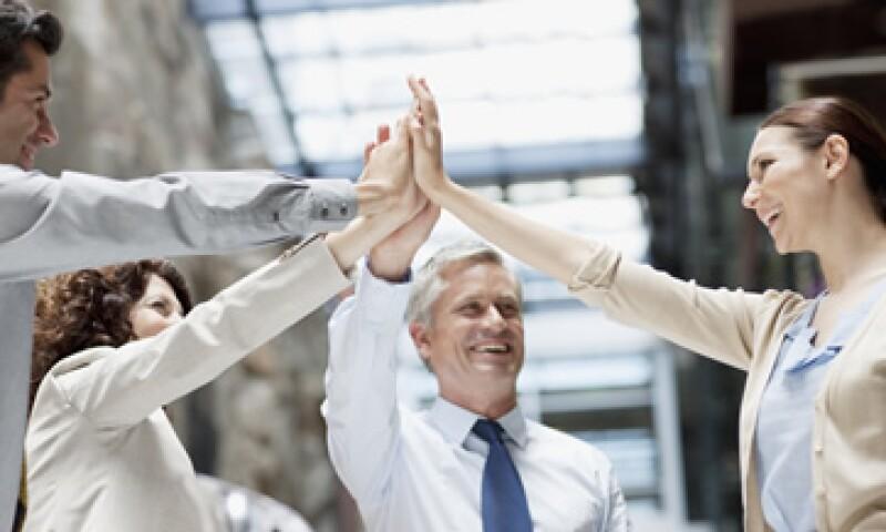 Hay que hacer conexión con el empleado, sugieren especialistas en liderazgo. (Foto: Getty Images)