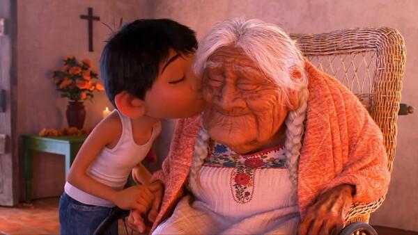 Miguel da un beso a su tatarabuela Coco.