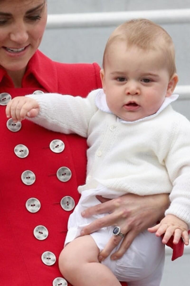 María Teresa Turrión Borrallo arribó ayer junto a los Duques de Cambridge y más miembros del staff a Wellington. Esta es la primera vez que la ayudante de Kate Middleton y Guillermo es captada.