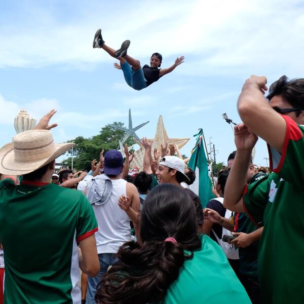 Aficionados en el estado de Campeche celebrando