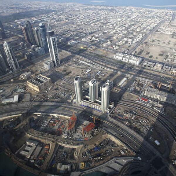 La sombra de la torre eclipsa a gran parte de la ciudad de Dubái.  Dentro de sus áreas alberga cuatro piscinas, una biblioteca privada y un hotel que fue diseñado por Giorgio Armani.