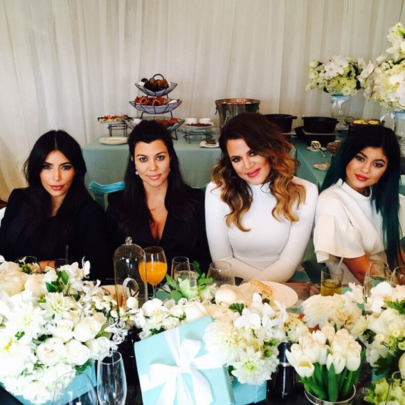 Kourtney en un baby shower estilo Breakfast at Tiffanys