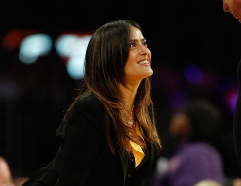 La pareja acudió al partido de basketball entre los Lakers y los Spurs; a pesar de la presencia de fotógrafos se dieron un beso en la boca.
