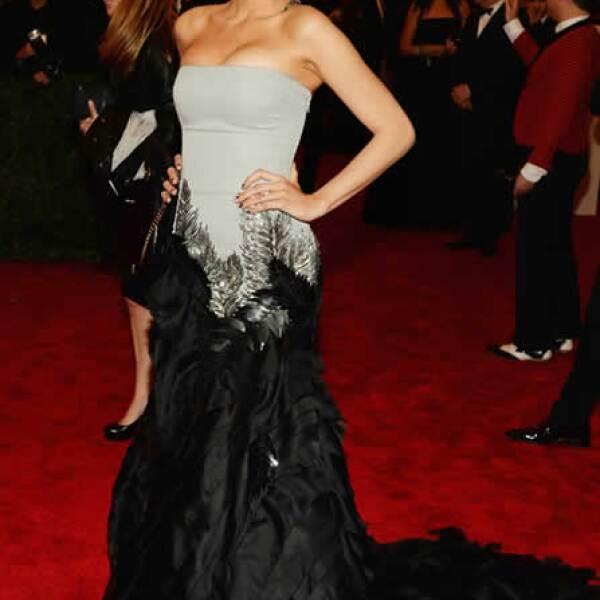 Siempre espectacular, Blake llegó a la gala del Met usando un vestido de la firma Gucci Premiere, strapless con falda de plumas. ¡De impacto!