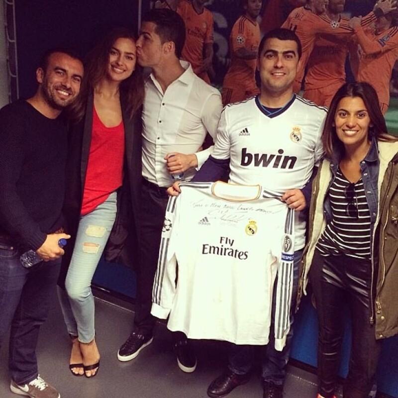 Una vez terminado el encuentro Irina y los amigos que la acompañaban bajaron a felicitar al jugador en el vestidor.