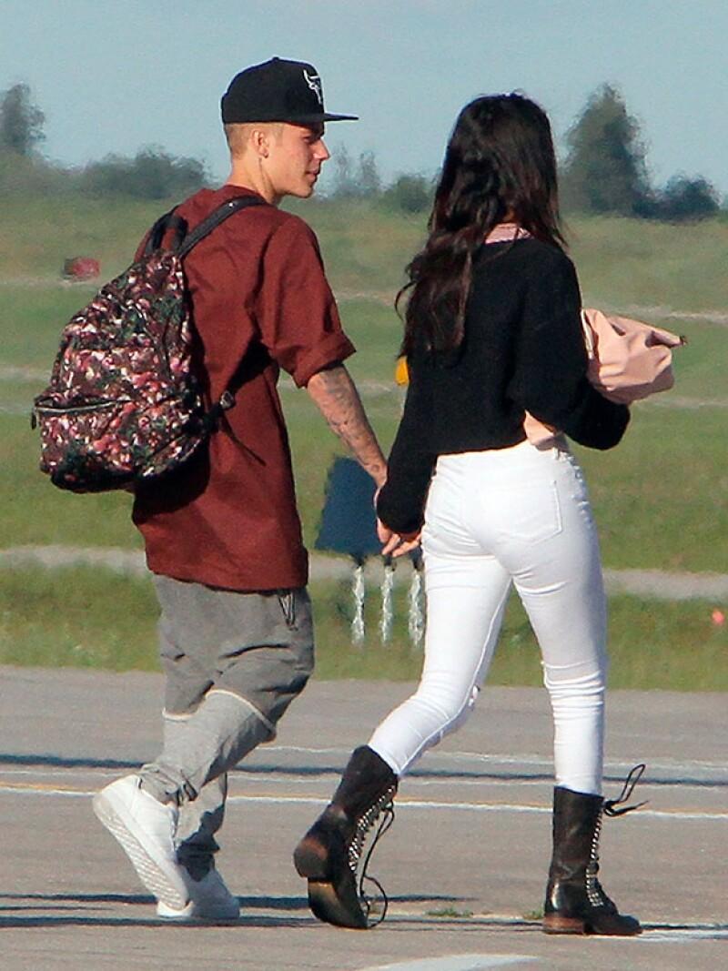 Los cantantes fueron captados tomados de la mano en el Aeropuerto de Ontario luego de realizar una visita a la familia del astro pop.