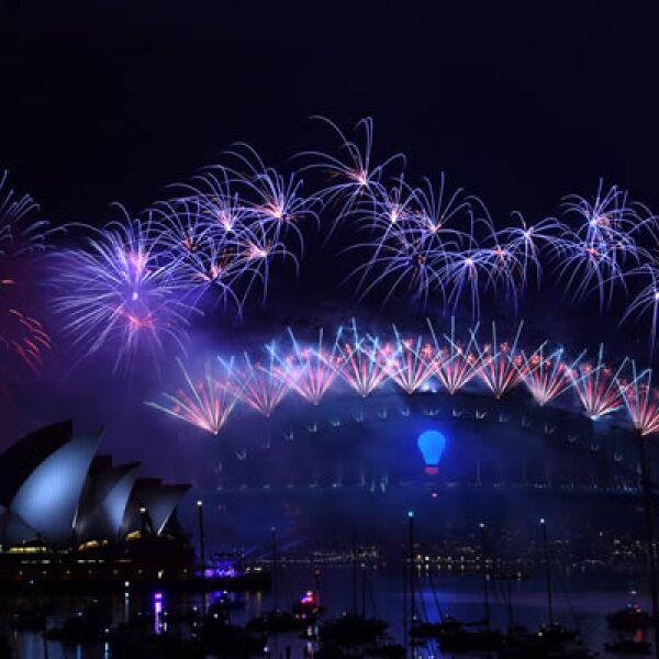 Sídney dio la bienvenida al 2015 con un espectáculo de fuegos artificiales de estilo tropical con brillantes palmeras con efectos pirotécnicos, que fueron admirados por más de 1.5 millones de personas congregadas a lo largo del famoso puerto de la ciudad.